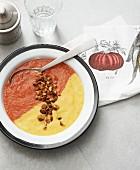 Vegane Paprikasuppe in gelb und rot mit gerösteten Mandeln