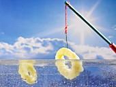Panierte Tintenfischringe tauchen in Flüssigkeit ein