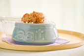 Geflügelfrikadellen auf Reis in Schälchen mit der Aufschrift eat