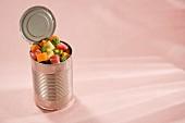 Offene Konservendose gefüllt mit rohen Fleischwürfeln & Gemüse