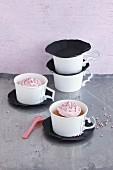 Cupcakes mit Sahnehaube in selbst gebastelten Tassen aus Pappbechern