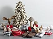 Geschenkpäckchen, Filzschuhe und stilisierte Walddeko: Elch und Eule aus Holz, Pilze und ein Tannenbaum aus dicken Schnüren