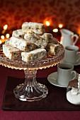 Stollenstücke auf Kuchenständer, serviert mit Kaffee