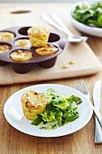 Gestapelte kleine Kartoffelrösti mit Blattsalat