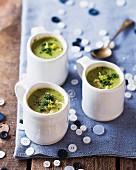 Erbsen-Hähnchen-Suppe in Tassen