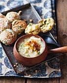 Cremige Kartoffelsuppe mit Zwiebeln, dazu Kräuterscones