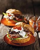 Sandwich mit langsam gegartem Lammfleisch, Harissa und Aubergine