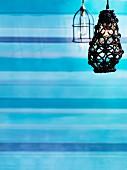 Lampen mit gestreiftem Hintergrund