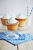 Cupcakes mit weißem Zuckerguss und blauem Zucker