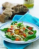 Gemischter Salat mit Muscheln, dazu Vollkornbrot