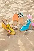 Verschiedene Modelle von Espadrilles (Damensandalen) am Strand
