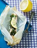 Lachs mit Dill und Zitrone im Pergamentpapier