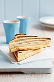 Toast mit Emmentaler