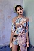 Junge Frau in Kleid mit floralem Muster und Tüll am Gürtel