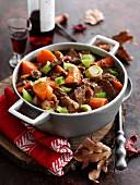 Rindfleischeintopf mit Rotwein und Gemüse