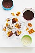 Cinder Toffee, zur Hälfte in weisse und dunkle Schokolade getaucht