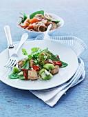 Putenfleisch mit Zuckerschoten, Chili und Kiwi auf Reis