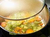 Bohnensuppe im Kochtopf