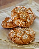 Cinnamon and honey biscuits with icing sugar