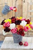 Tulpenstrauss aus verschiedenfarbigen Crispatulpen