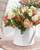 Blumenstrauss mit Rosen, Milchsternblüten & Johanniskrautbeeren