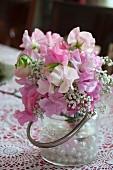 Blumensträusschen aus rosafarbenen Wickenblüten & Schleierkraut