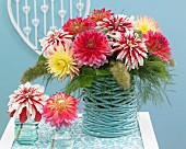 Blumenstrauss mit verschiedenfarbigen Dahlien