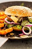 Hamburger mit gegrillten Portobellopilzen, Babymangold, Zwiebel, Camembert und Pommes frites