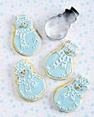 Schneemann-Plätzchen mit blau-weißem Zuckerguss zu Weihnachten