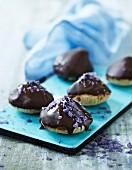 Mandelmakronen mit Schokoladenglasur und kandiertem Lavendel
