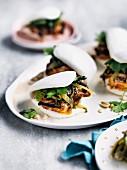 Bao Buns mit Erdnussbutter-Tofu & scharfer Chilimayonnaise