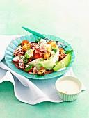 Thunfisch-Bacon-Salat mit Avocado und Croûtons