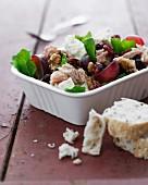 Salat mit Thunfisch, Preiselbeeren, Walnüssen, Trauben, Ziegenkäse und Brot
