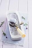 Lavendeleis im Behälter mit Eisportionierer