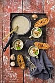 Pilzcremesuppe mit Croutons und Baguette auf Backblech
