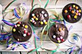 Muffins mit Schokoglasur und Schokolinsen
