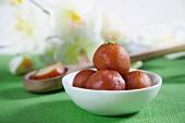 Gulab Jamun in einer Schüssel (Frittierte Teigbällchen in Sirup, Indien)