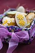 Minikuchen mit Marzipan im Osterkorb (Close Up)