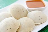 Idli mit Sambar (Gedämpfte Reisküchlein mit Sauce auf Linsenbasis, Indien)