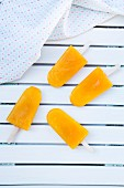 Vier Mango-Apfel-Eis am Stiel