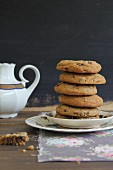 Gestapelte Chocolatechip Cookies und Teekanne