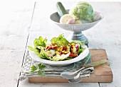 Kartoffelsalat mit Apfel, Gurke und Mais