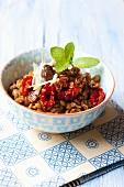 Linsensalat mit Zwiebeln, getrockneten Tomaten, Rosinen, Oliven und Minze
