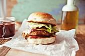 Bohnen-Veggie-Burger mit geräuchertem Cheddar und roten Zwiebeln im Briochebrötchen