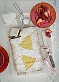 Weihnachtskuchen mit Puderzucker und Erdbeeren
