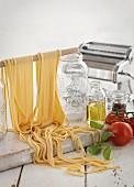 Selbstgemachte Nudeln, Tomaten, Olivenöl, Gewürze und Nudelmaschine