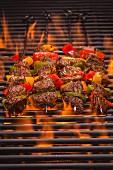 Rindfleischspiesse mit Paprika auf dem flammenden Grill