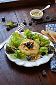 Grilled goat's cheese with blueberries and garlic chips
