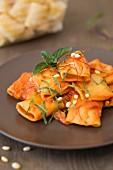 Paccheri mit Tomaten-Ricotta-Sauce und Pinienkerne