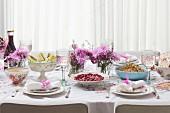 Gedeckter Tisch zum Passah-Fest mit Fenchel, Quinoasalat, Rote-Bete-Salat, Suppe und Matzenbrot